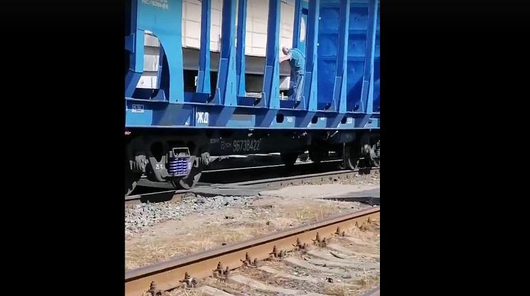На Ржевке товарный поезд увез залезшего на него пенсионера и чуть не задавил другого мужчину