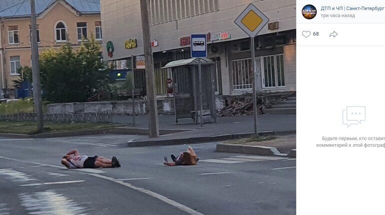 «Жара или «белочка»: петербуржцы загорают на проезжей части на Пионерстроя