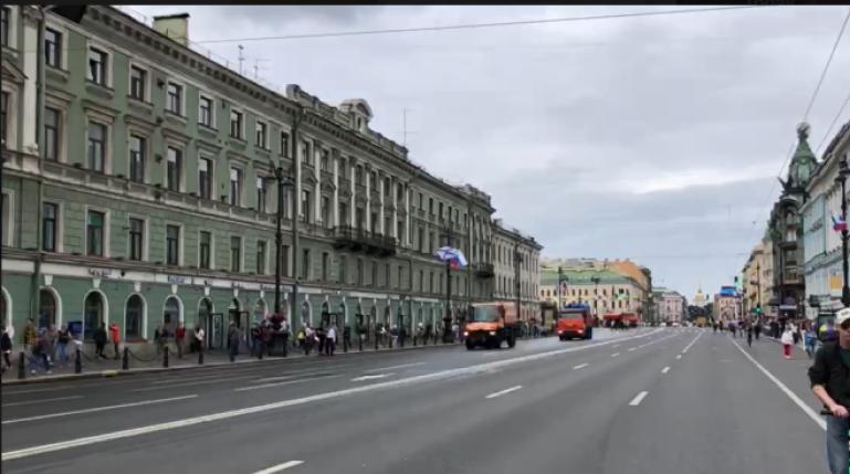 С Невского проспекта убирают ограждения после парада в честь Дня ВМФ