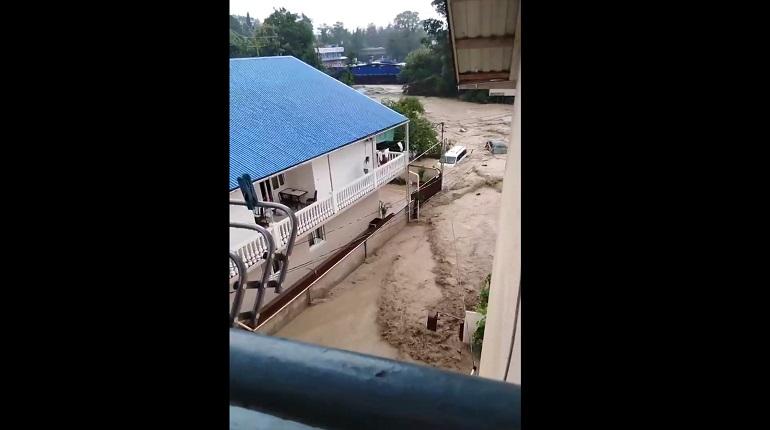 Власти Сочи предупредили жителей о возможной эвакуации в случае наводнения