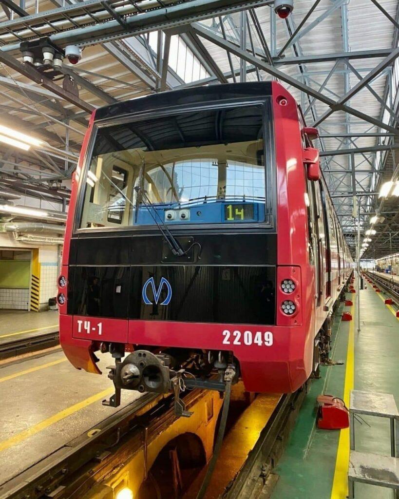 А вот и новый составчик подъехал для петербургского метрополитена
