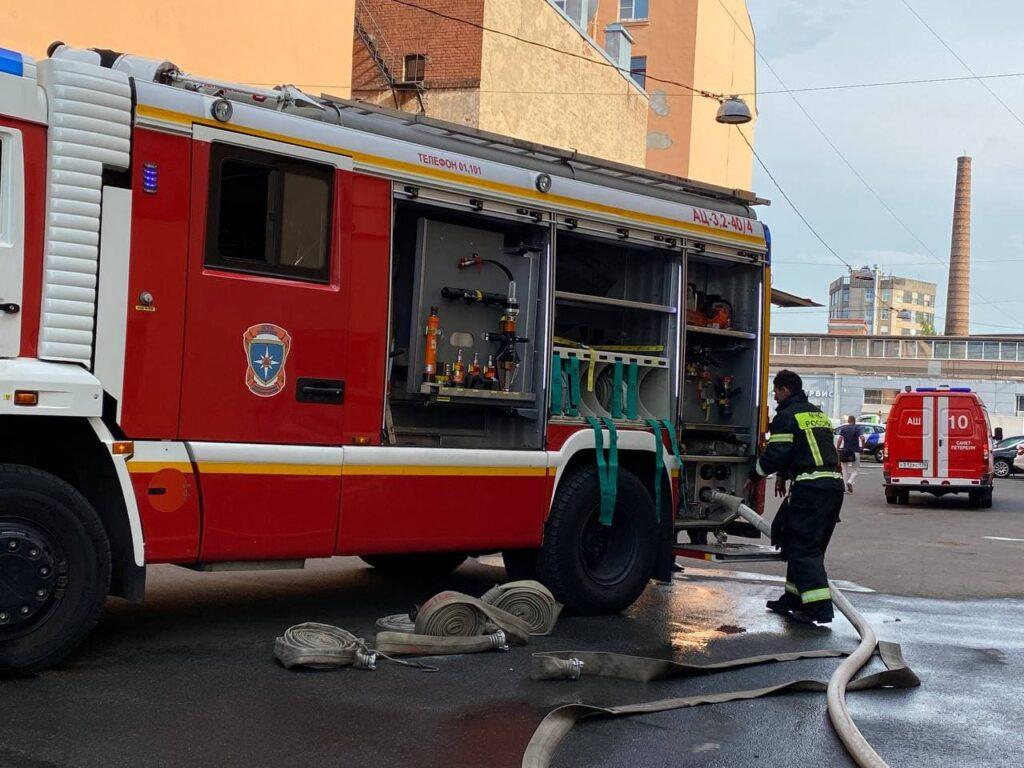 Пожар в автосервисе на Шафировском тушат 27 сотрудников МЧС