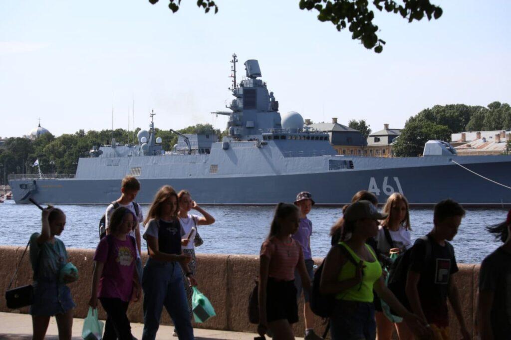Трансляция Главного военно-морского парада ограничит движение автомобилистов в центре Петербурга