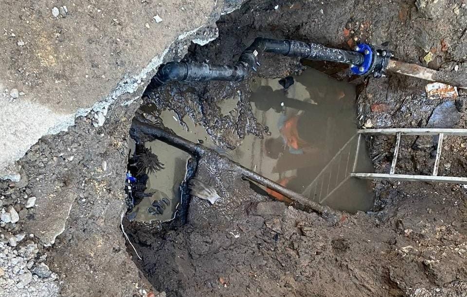 На 14 линии В.О. Петербурга прорвало трубу водоканала