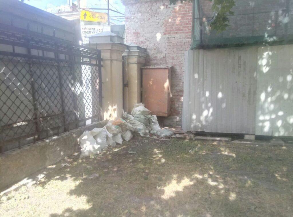 Мусор от реконструкции Благовещенской церкви нашли под забором одоименного сада