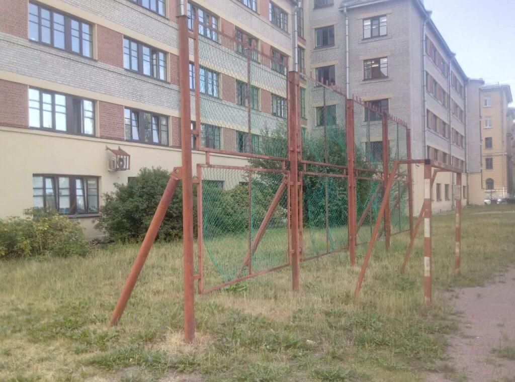 Жители Лесного проспекта жалуются на заброшенную спортплощадку у Политеха