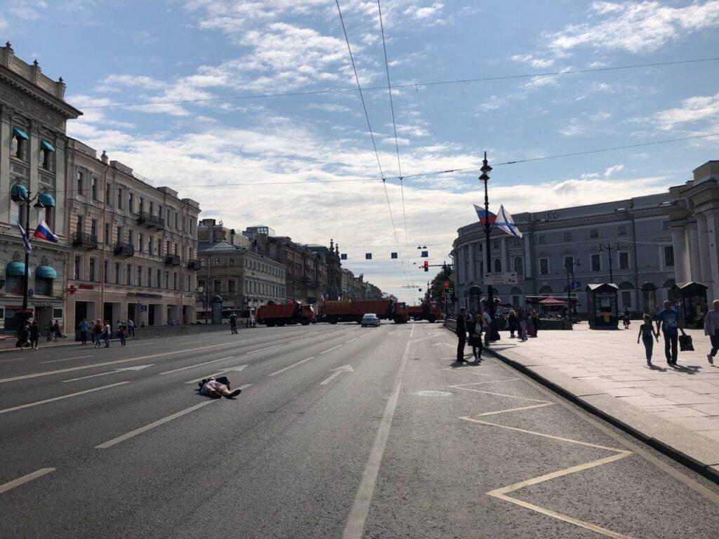 В День ВМФ Невский стал пешеходным, поэтому горожане решили позагорать на проезжей части