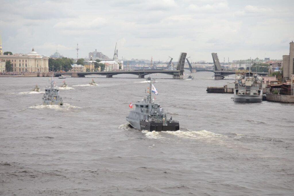 Пробки, корабли и толпы горожан: как Петербург отметил День ВМФ — 2021