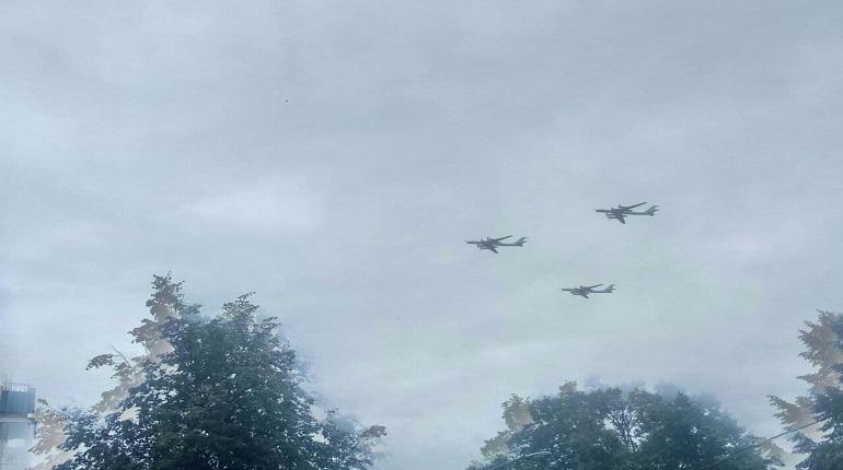 Над Петербургом пролетела морская авиация в честь Дня ВМФ