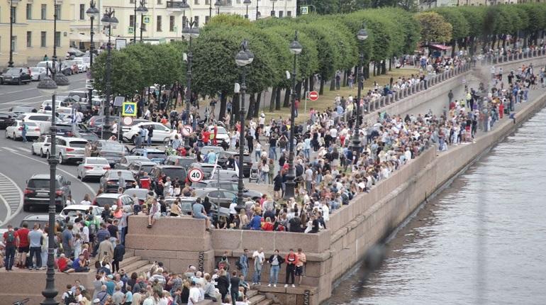 Фоторепортаж: толпы петербуржцев пришли смотреть парад ко Дню ВМФ на набережную Шмидта