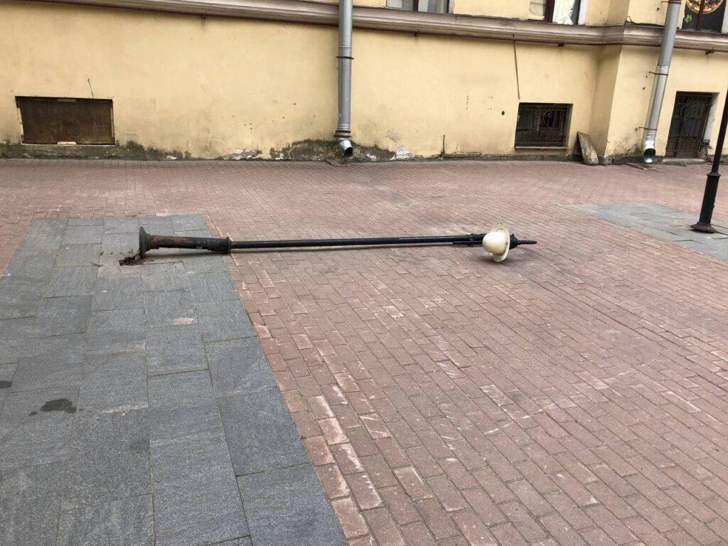 Празднующие День ВМФ петербуржцы вырвали фонарь на Невском проспекте