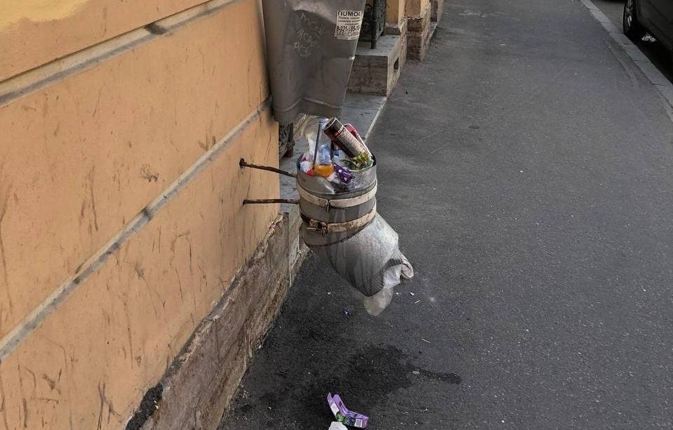 Креативные петербуржцы превратили водосточную трубу в мусорку