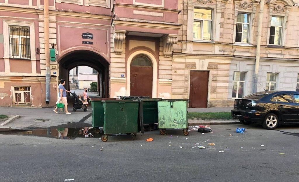 Перфоманс с мусорными баками посреди улицы устроили в Адмиралтейском районе