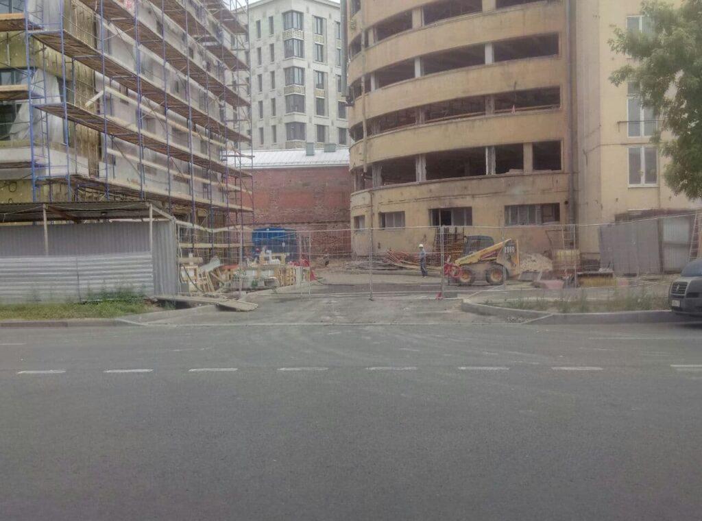 Жители пожаловлись на мусор вокруг стройплощадки на Барочной улице