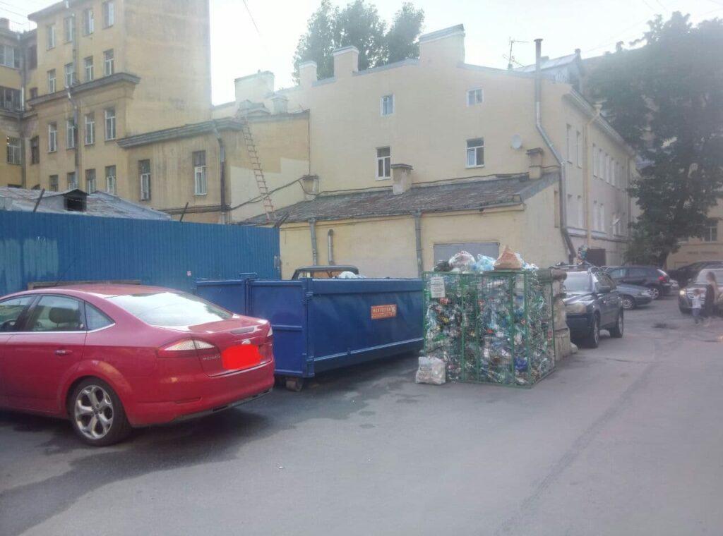 Жители Васильевского острова жалуются на переполненные мусорные баки