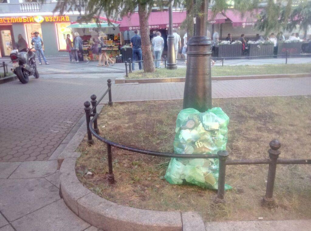 Отдыхающие василеостровцы возмутились из-за неубранного мусора