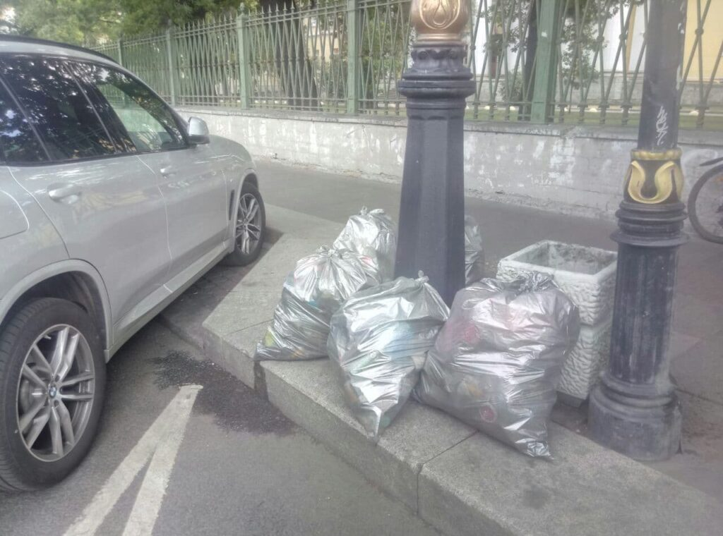 Полная антисанитария: пакеты с мусором лежат практически под забором Мариинской больницы