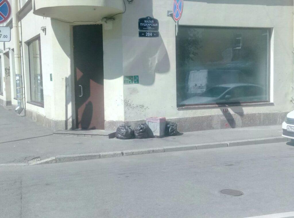 Жители Петроградки пожаловались на неубранный мусор
