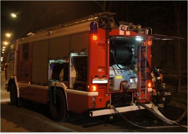 Садовый дом в Колпинском районе тушат 10 пожарных