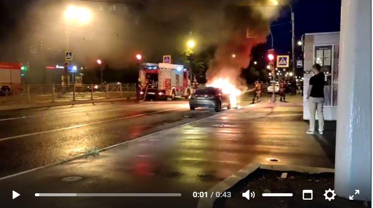 На Луначарского испуганный водитель бегал в поисках огнетушителя из-за внезапно загоревшейся машины