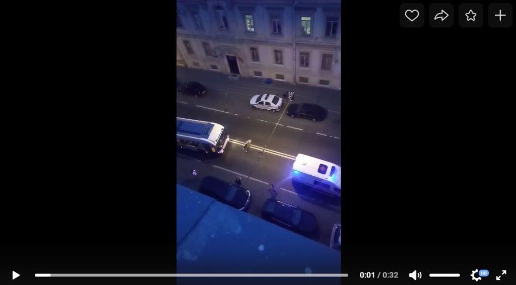 На лежащую на дороге Петербурга женщину чуть не наехал троллейбус: она встала, покричала и легла обратно