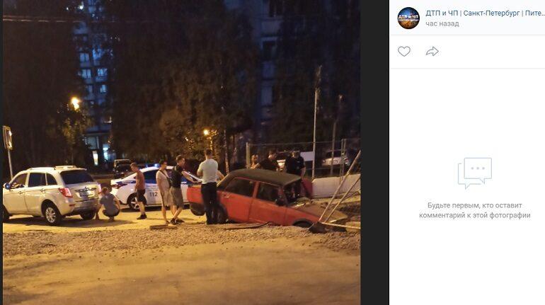 На Ленской водитель отправил «Жигули» в траншею