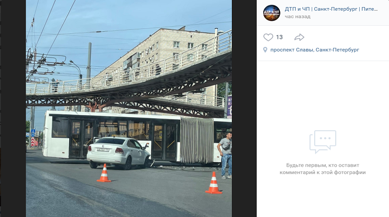 На проспекте Славы «Поло» протаранил автобус