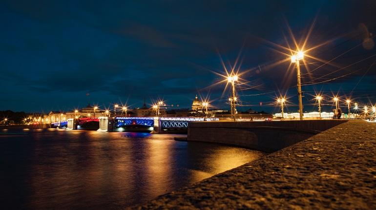 В Петербурге  Дворцовый мост и Большой проспект Петроградской стороны окрасятся в цвета флага России