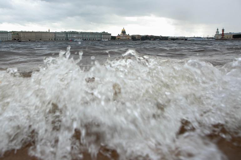 В Петербурге готовятся к последствиям штормового ветра