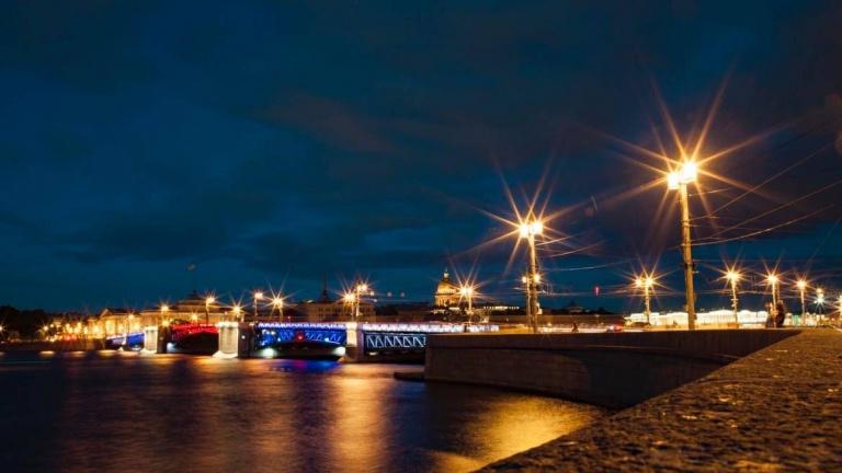 Дворцовый мост и Большой проспект Петроградки превратят в триколор в честь Дня флага России