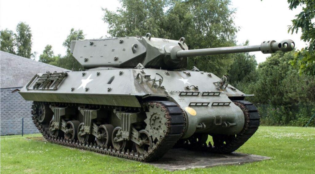 Пожилого немца судят за хранение в подвале танка и орудий времен Второй Мировой войны