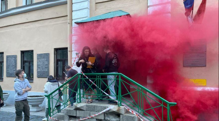 У здания МО «Смольнинское» взорвали дымовую шашку