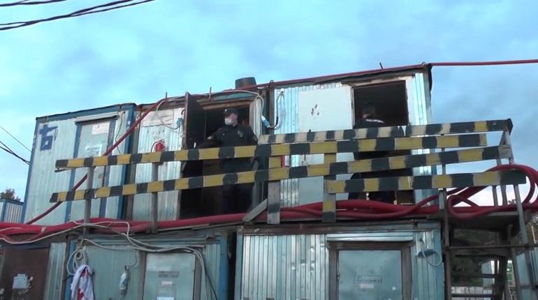 Во время рейда полиция обнаружила у нелегальных мигрантов склад контрафактного алкоголя