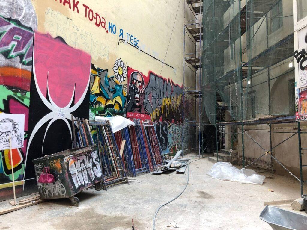 Рабочие закрасили часть граффити во дворе-колодце на Литейном