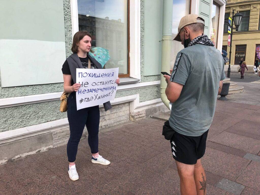 На Невском проспекте пикетируют в поддержку сбежавшей чеченки
