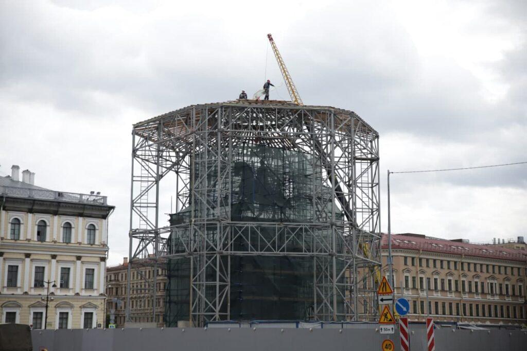 Фоторепортаж: спустя три года реставрации обновленный памятник Николаю I показался из лесов