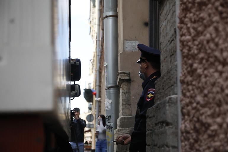 Суд арестовал подозреваемого в изнасиловании петергофской школьницы