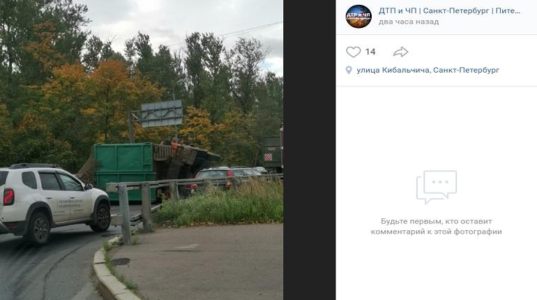 Во Фрунзенском районе водителям мешает перевернувшийся самосвал
