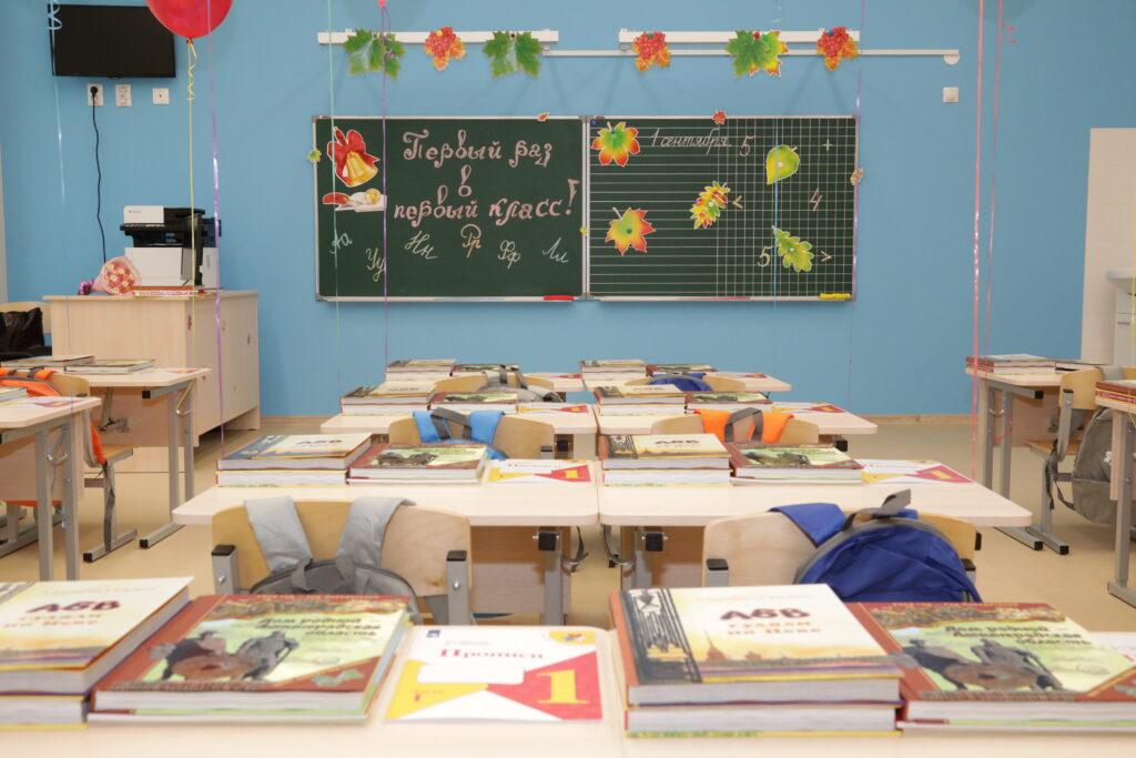 Петербургские первоклассники получили в подарок от города комплект книг
