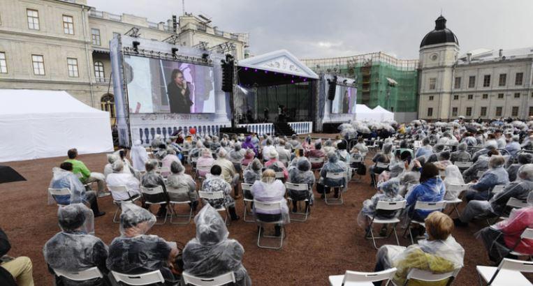 Гатчина отметила юбилей фейерверками и праздничным концертом