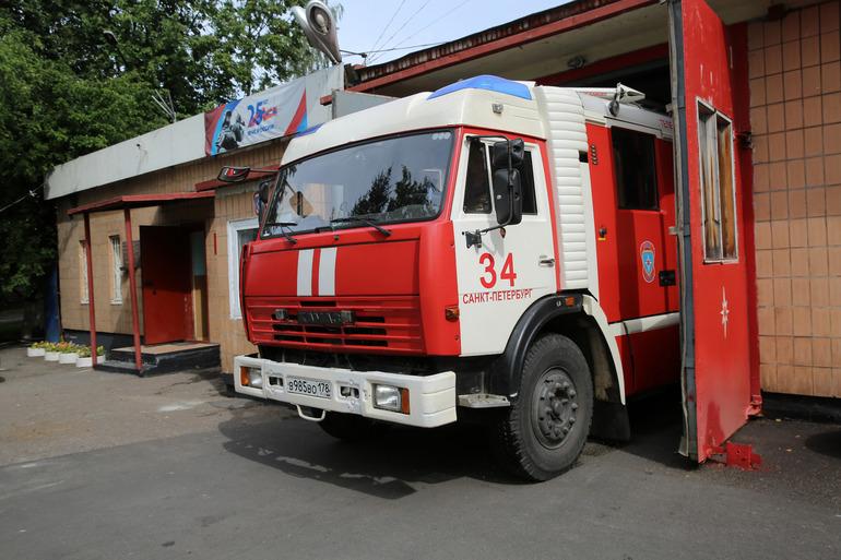 Загоревшийся склад во Фрунзенском районе тушат 40 пожарных