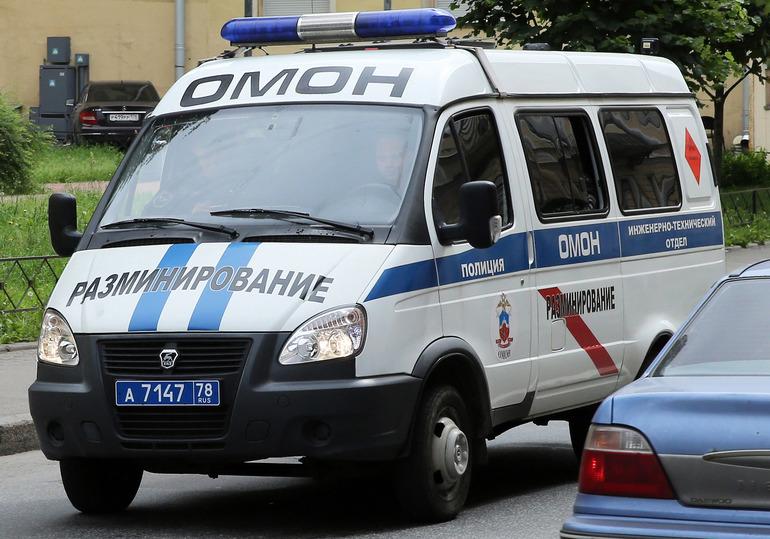 Взрывотехники проверяют возможное заминирование квартиры в Кировске