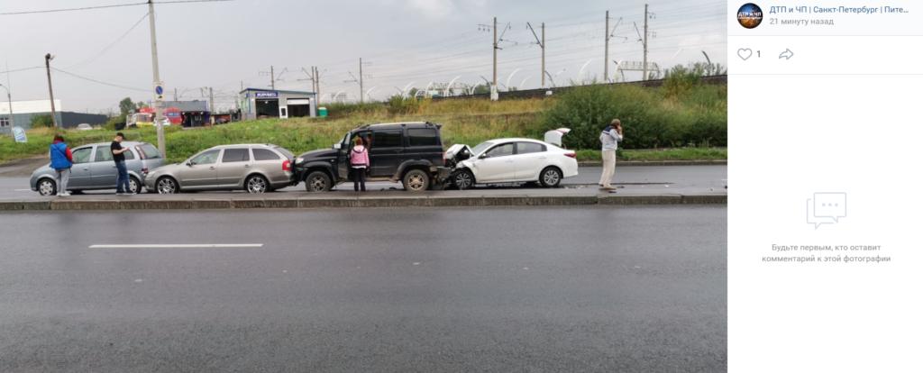 На Краснопутиловской улице Петербурга четыре автомобиля встали друг за дружкой в ДТП