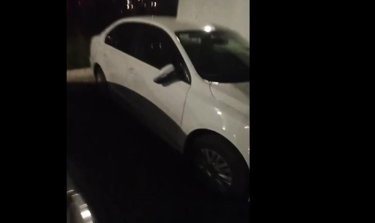 Неизвестные отломали зеркала десятку машин на Парашютной