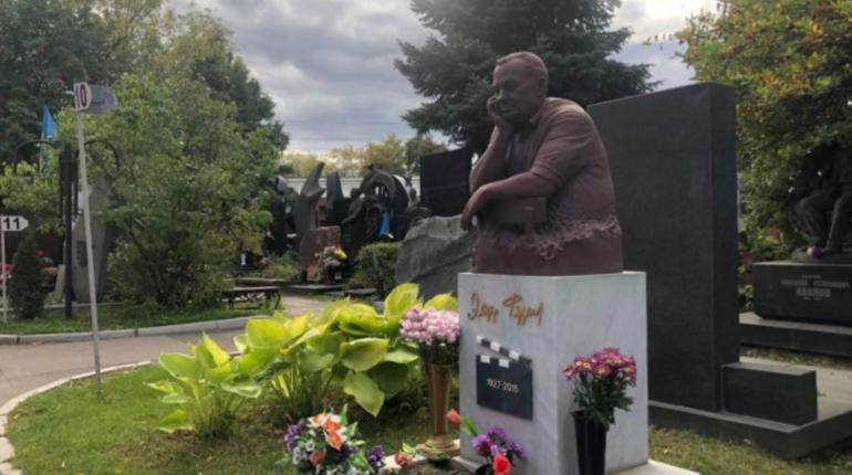Памятник Эльдару Рязанову в Москве внезапно стал розовым