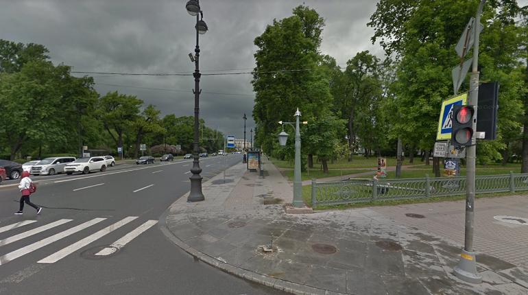 Автомобиль вылетел на тротуар и сбил пешехода на Каменоостровском проспекте