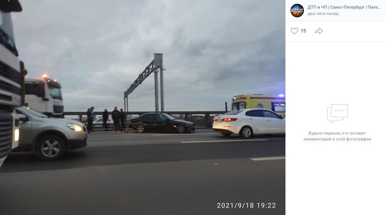 Чёрный BMW врезался вограждения на КАД