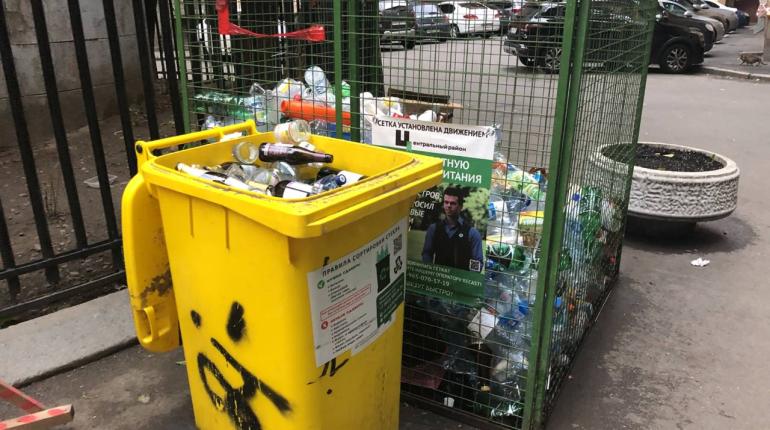 Во дворе на Лиговском пожаловались на провал в раздельном сборе мусора