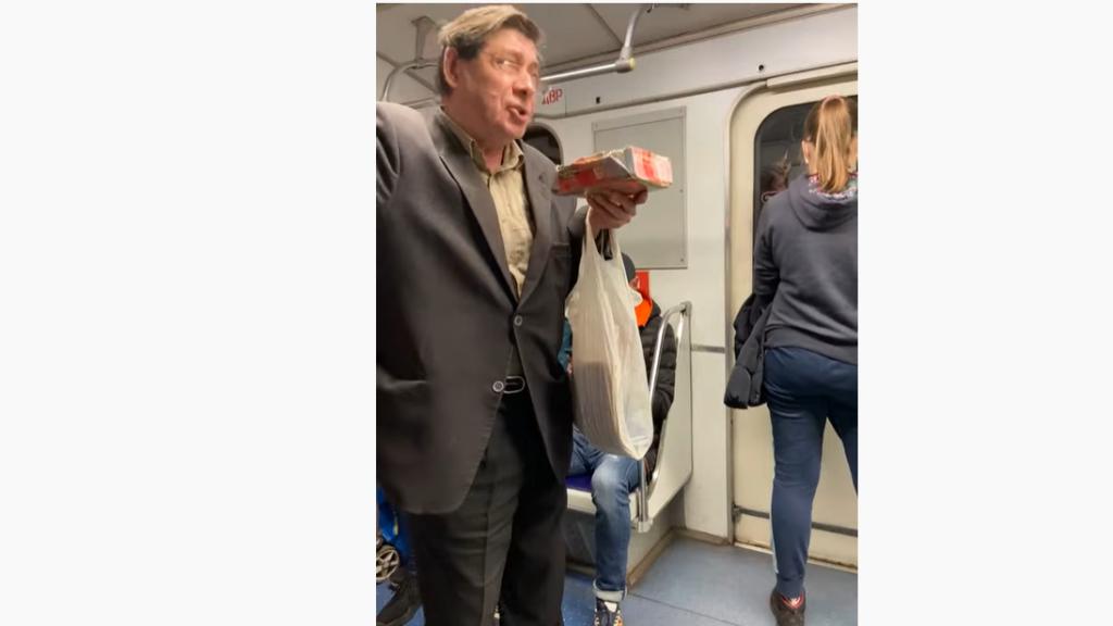 Пенсионеры зарабатывают сотни рублей за песню, пока власти Петербурга разрабатывают новые штрафы для пассажиров метро