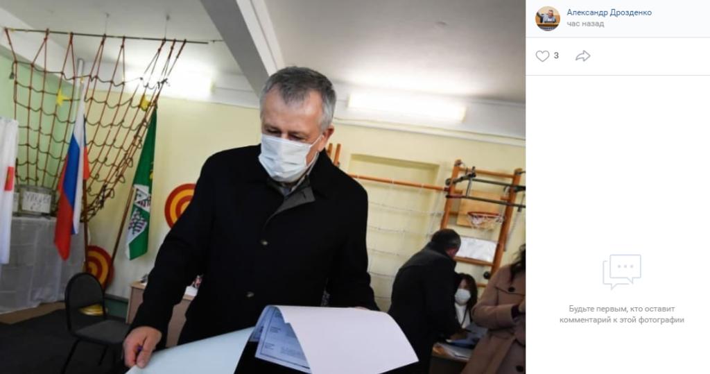 Дрозденко съездил в Лупполово на «Победе» и проголосовал на выборах